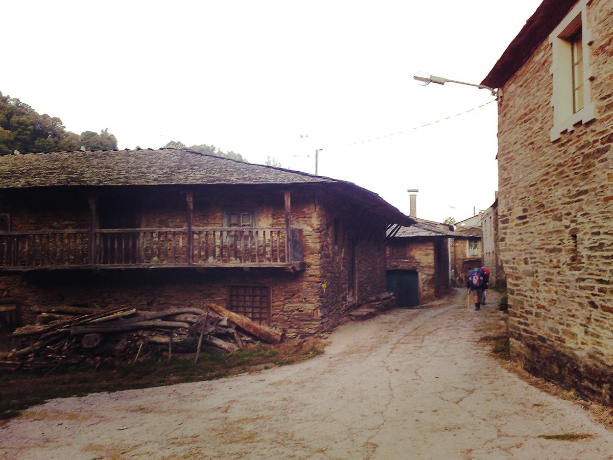 Pilger auf Ihrem Weg durch galizische Dörfer.