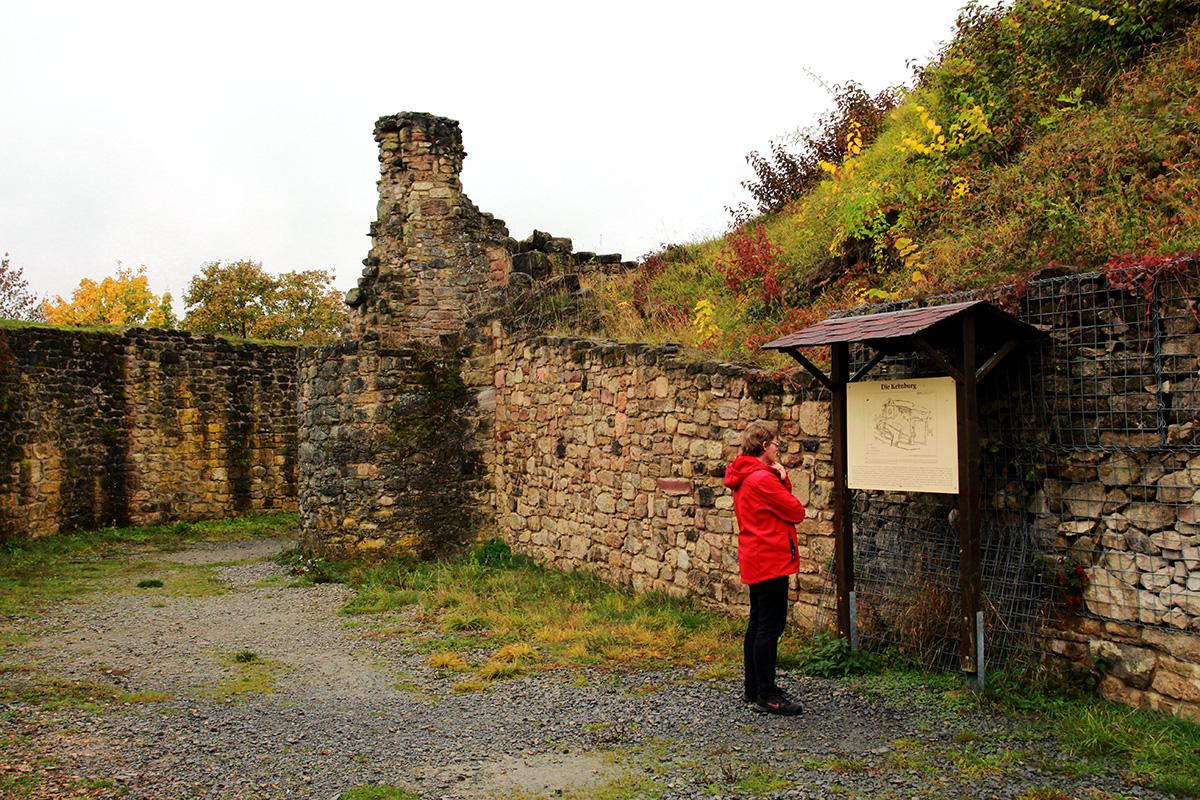 Hinweisschilder geben Auskunft und informieren über vergangene Zeiten. Ein Dank der Interessengemeinschaft Ruine Schaumburg.