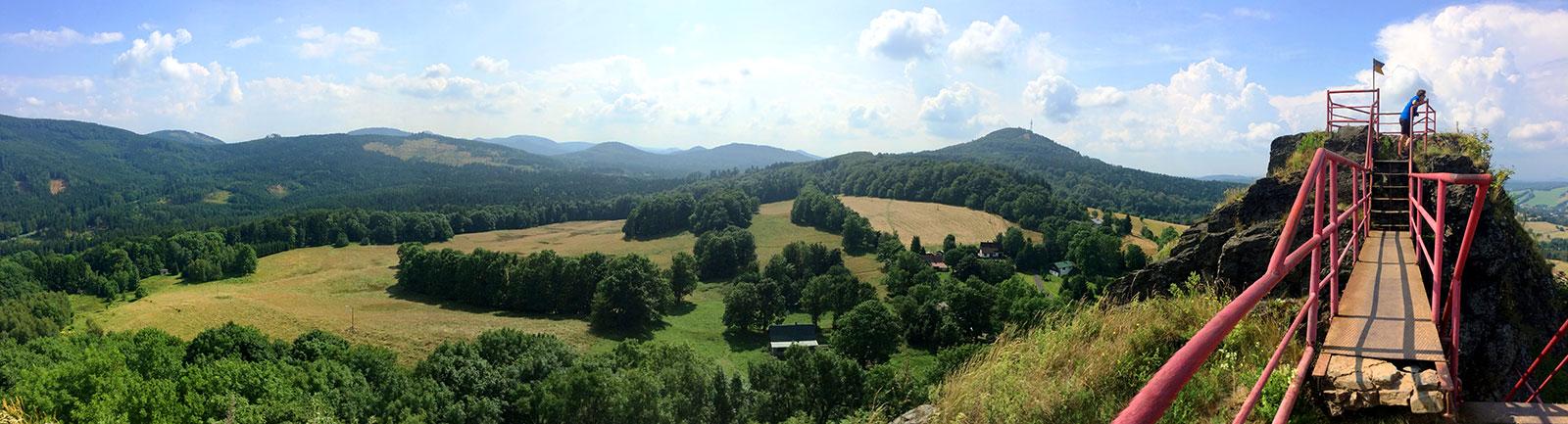 Auf dem Tolštejn begegnen uns die Reste aus fast 700-jähriger Geschichte. Und natürlich eine wahnsinnig schöne Aussicht ins Lausitzer Gebirge und auch den nächsten Gipfel: den Jedlová.