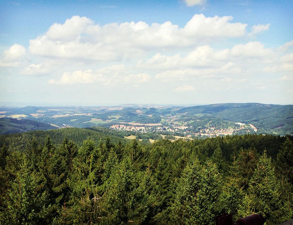 Sebnitz vom Tanečnice aus gesehen. Nur noch wenige Kilometer trennen uns von unserem Ziel.