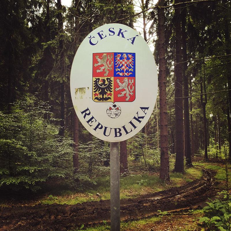 Ein letztes Mal auf unserer Wanderung überqueren wir die tschechische Grenze. Dank EU und Menschenverstand: keine Kontrollen. Nur dieses Schild. Danke.