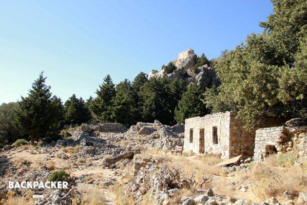 Schöner Wohnen in Ruinen: Vereinzelt sehen die Ruinen noch bewohnt aus. Die Inseln des Mittelmeeres waren schon immer ein Magnet für Hippies und Aussteiger.