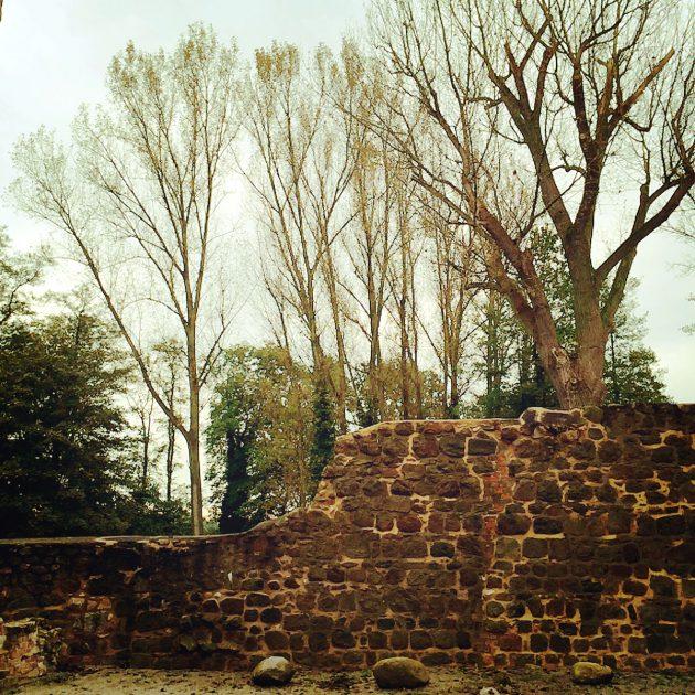 Nur noch Reste sind von der ehemaligen Burgmauer erhalten