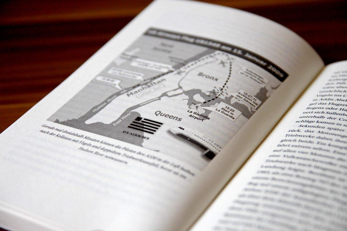 Detailliert wird die Notlandung auf dem Hudson River in New York beschrieben und das Können des Piloten hervorgehoben.