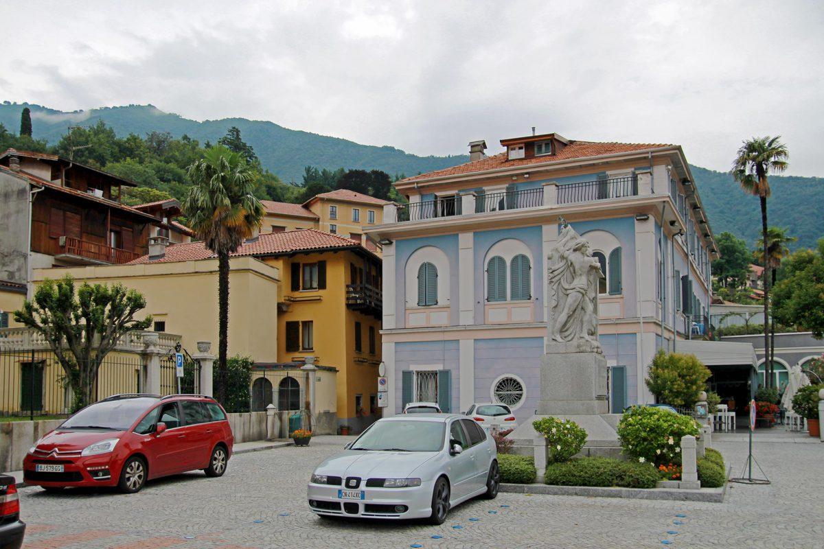 Die Bank von Mergozzo. Standesgemäß wie es sich für die mediterrane Bäderkultur gehört.