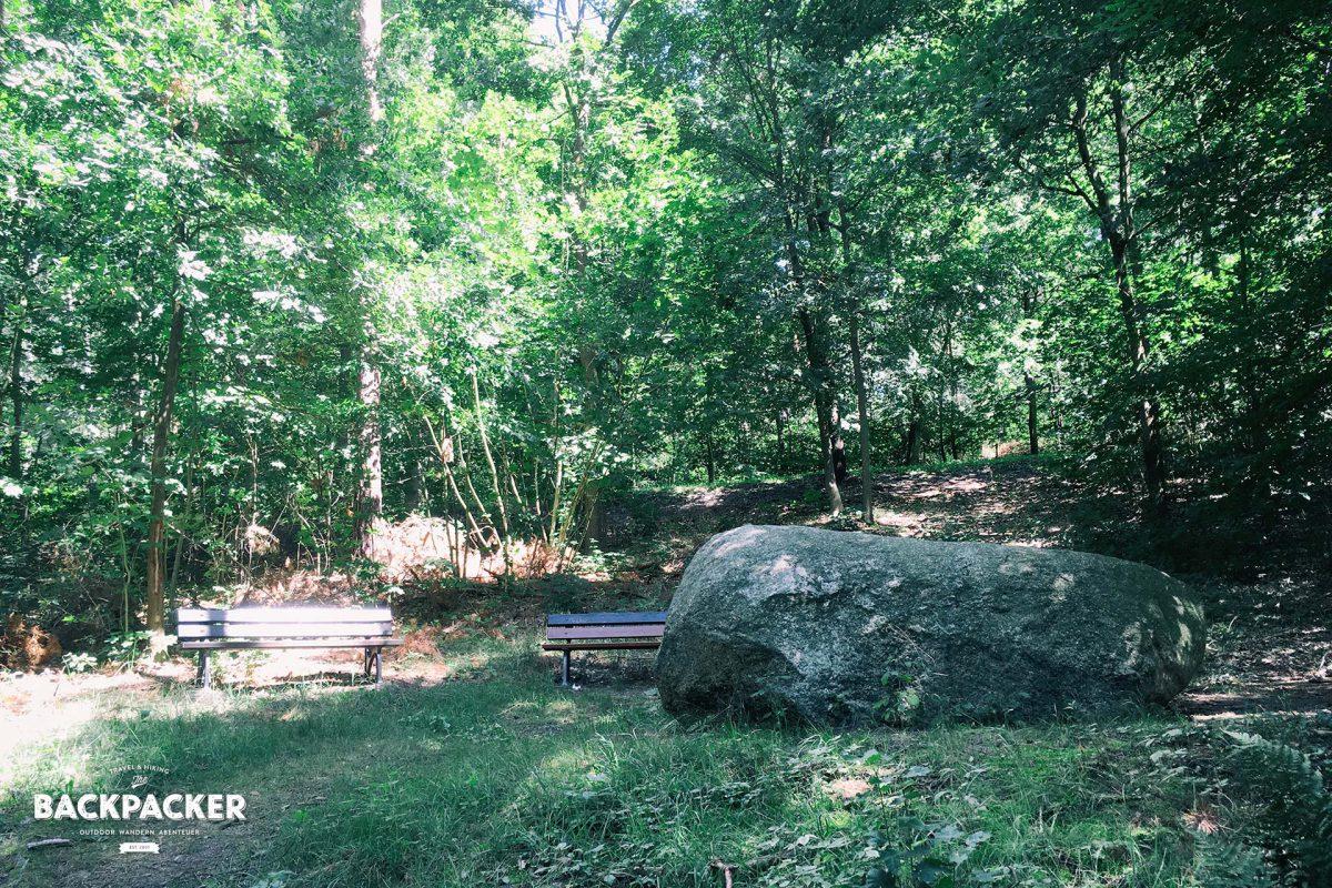 Der Prendener Riesenstein mit Sitzmöglichkeiten
