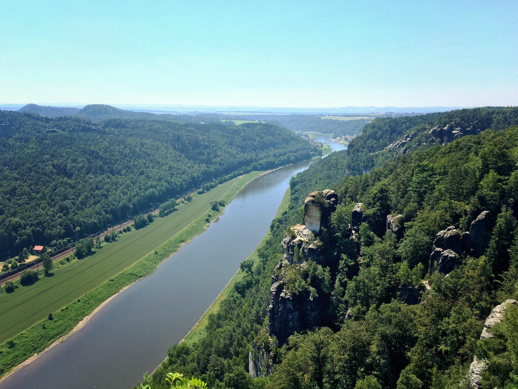 Die Elbe schimmert dunkelbalu bei Temperaturen jenseits der 30 Grad. Hochsommerliches Wandern im Elbsandsteingebirge