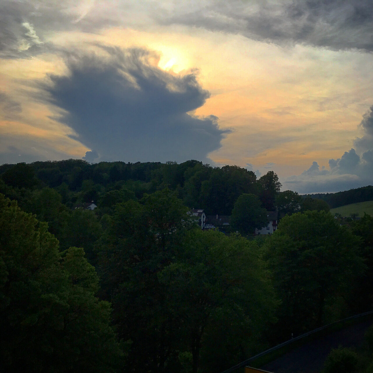 Von der Terrasse des Hotels genießen wir bei einem kühlen Bier die heraufziehende kühle Brise. Wenig später gewittert es gewaltig.