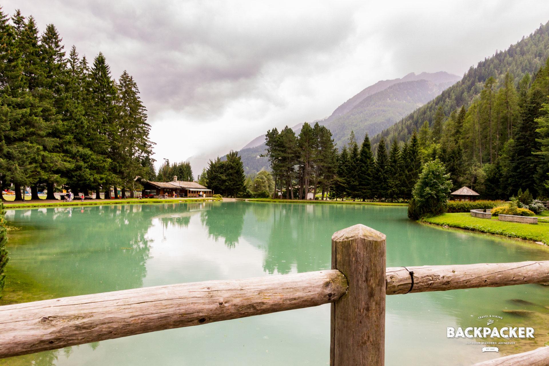 Der Lago Gover schimmert smaragdgrün zwischen den Bergen des Lystals, einem Nebental des Aostatals