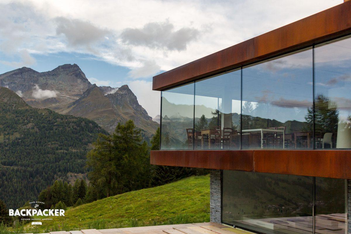 Von der Terrasse des Hotels Cré Forné in Crest genießt man einen atemberaubenden Blick ins Ayastal.
