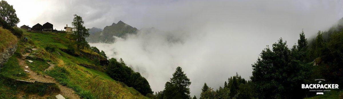 Steile 1,5 Stunden später erreiche ich das Rifugio Alpenzu im Nebel.
