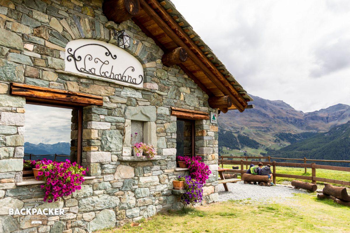 La Tchavana – in großen Lettern prangt es am alten Steinhaus aus Walserzeiten und beherbergt heute Restaurant und Pension.