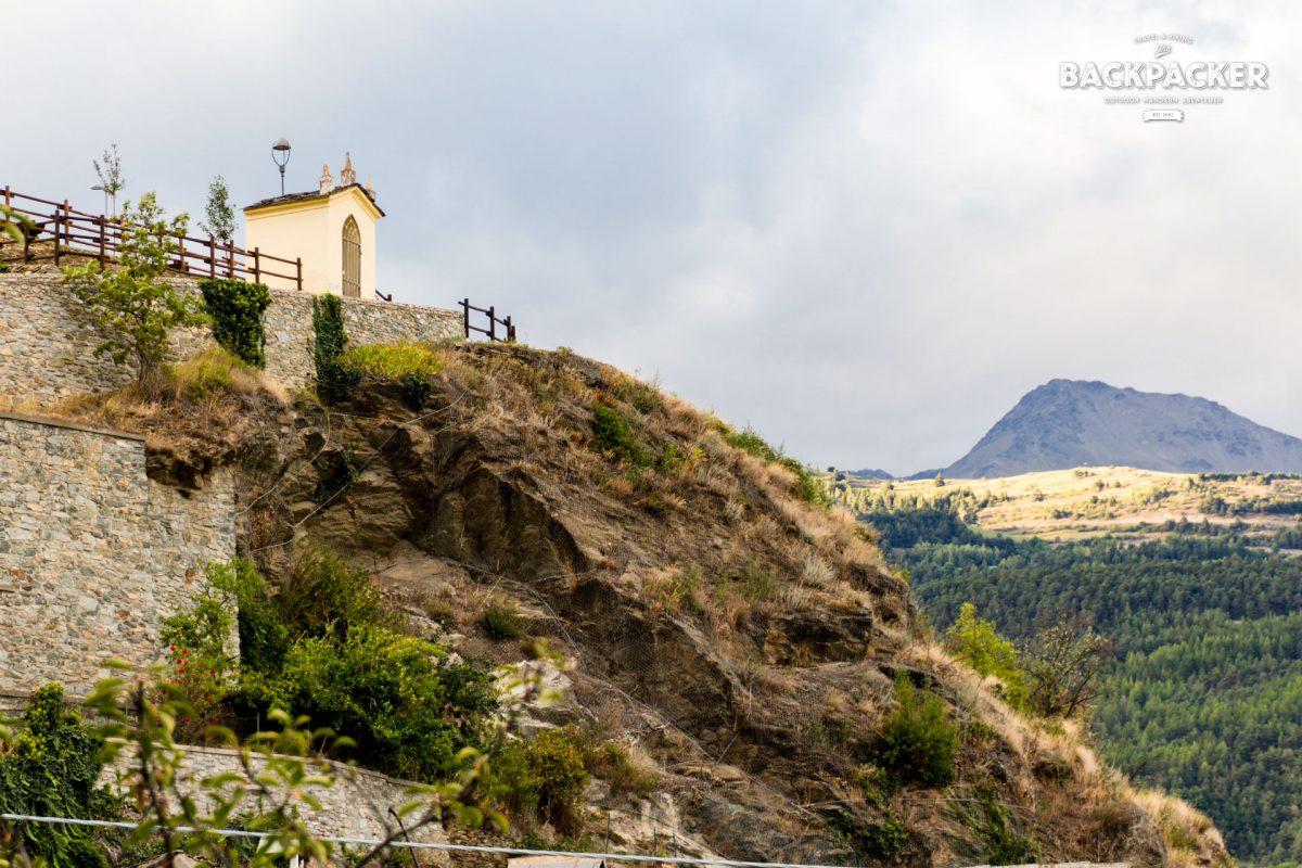 Bereits von Weitem erkennt man die Belvedere Introd, eines der Markenzeichen des kleinen Ortes Introd.