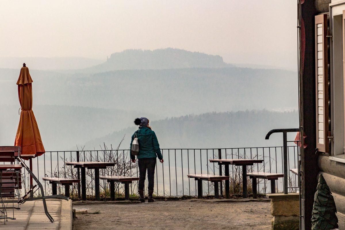 Blick in Richtung Lilienstein und Königstein, die heute mehr zu ahnen als tatsächlich zu sehen sind.
