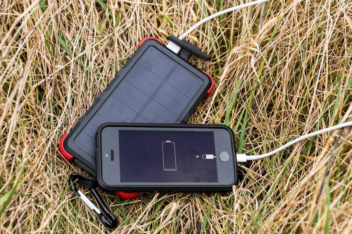 Sollte der Akku des Smartphones mal leer sein, hilft die kompakte Powerbank OUTXE mit Solarpanel.