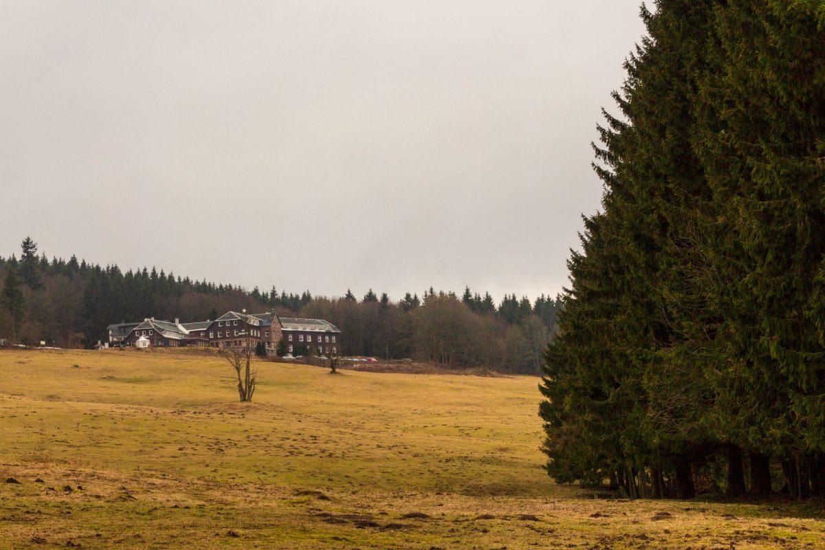 Wer sich die letzten Höhenmeter hinauf gequält hat kann im Stutenhaus auf 744 Höhenmetern rustikal thüringisch einkehren.