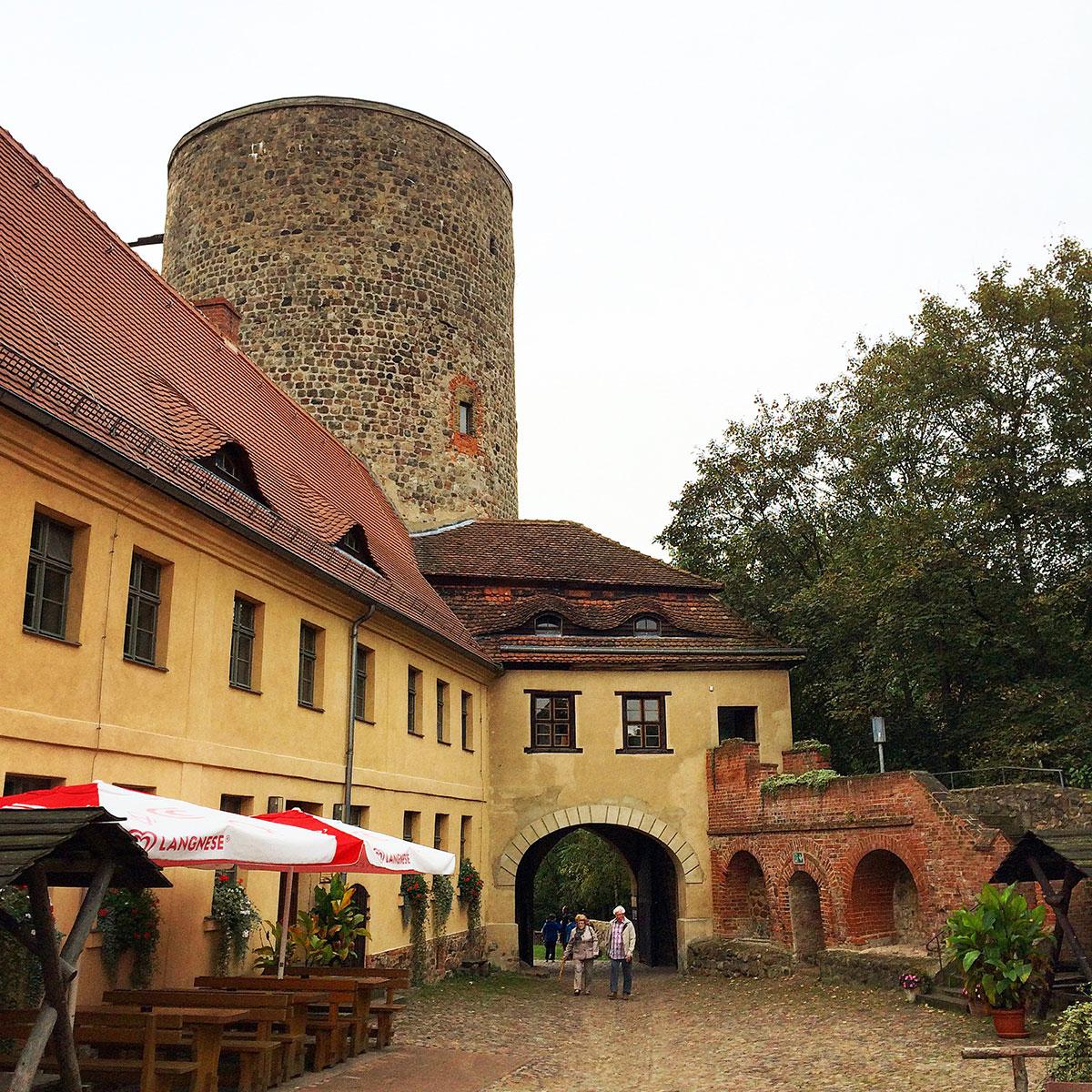 Der Hof der Burg Rabenstein mit den Burgfried, der auch als Aussichtsturm fungiert