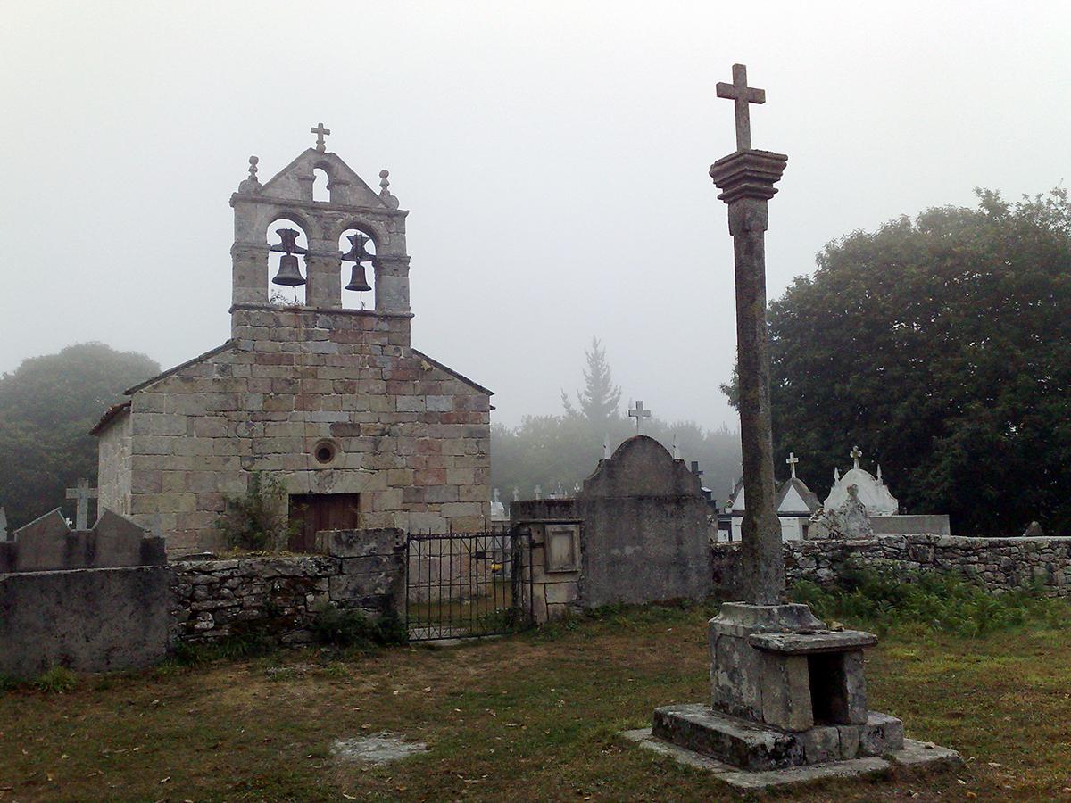 Immer wieder durchquert der Camino kleinere Ortschaften. Allesamt mit Kirche bzw. Kapelle und Friedhof. Hier mal zusammen, woanders getrennt.