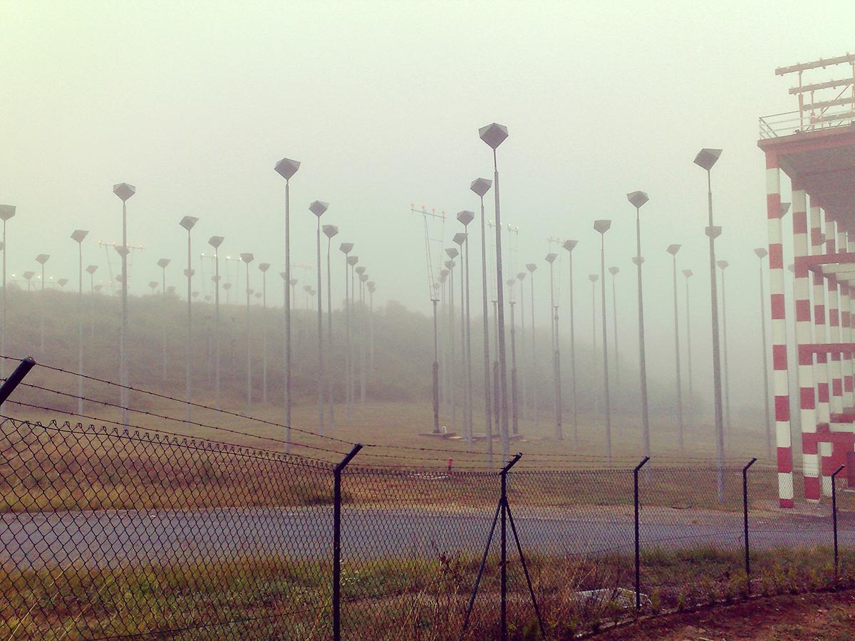 In gefühlter Reichweite eines ausgestreckten Armes starten und landen die Flugzeuge. Ist richtig beängstigend, wenn man den Krach direkt neben sich hört, aber durch den Nebel nichts sehen kann.