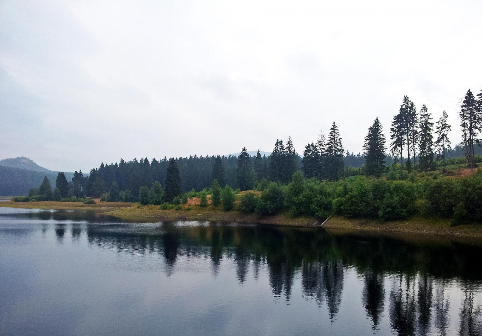 Der Wanderweg windet sich immer entlang des Ufers und garantiert damit schönste Ausblicke. Selbst bei schlechtem Wetter.