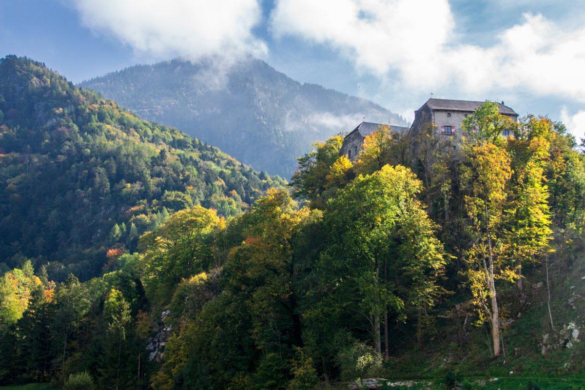 Wer ins Schlechinger Tal in den Chiemgauer Alpen einbiegt, der kommt unweigerlich an der Burg Marquartstein vorbei. Hoch über dem Tiroler Achen thront sie und ist nach wie vor in Privatbesitz.