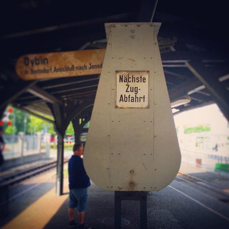 Jede Reise hat ihren Anfang – unsere am Bahnhof der Schmalspurbahn in Zittau.