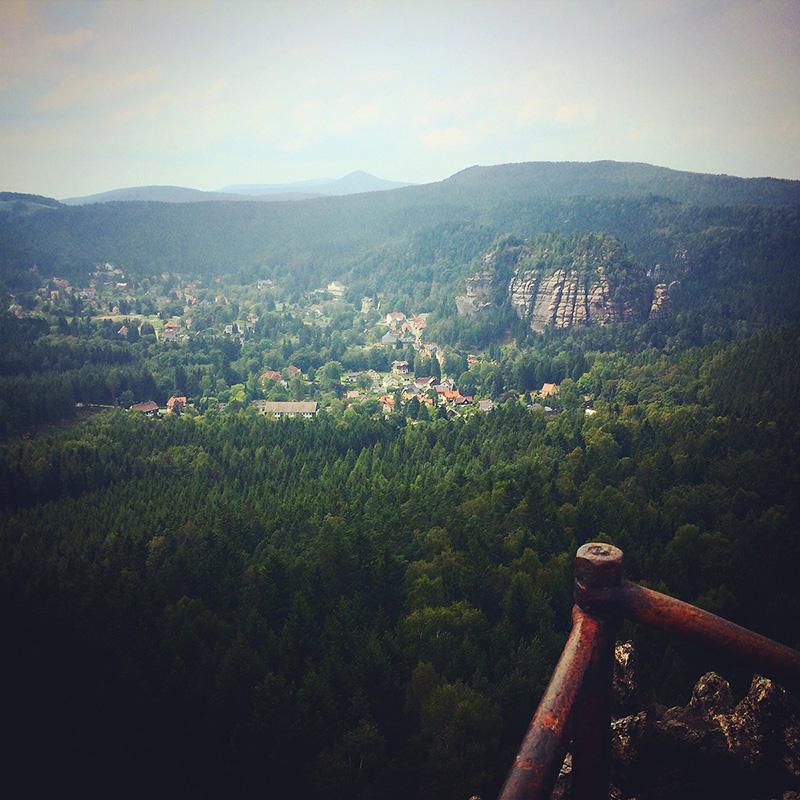 Auf dem Gipfel der Brandhöhe (596m) sieht man endlich, was die Oybin Aussicht versprach: den Sandsteinfelsen und gleichnamigen Kurort. Ich wäre ja für eine Umbenennung.
