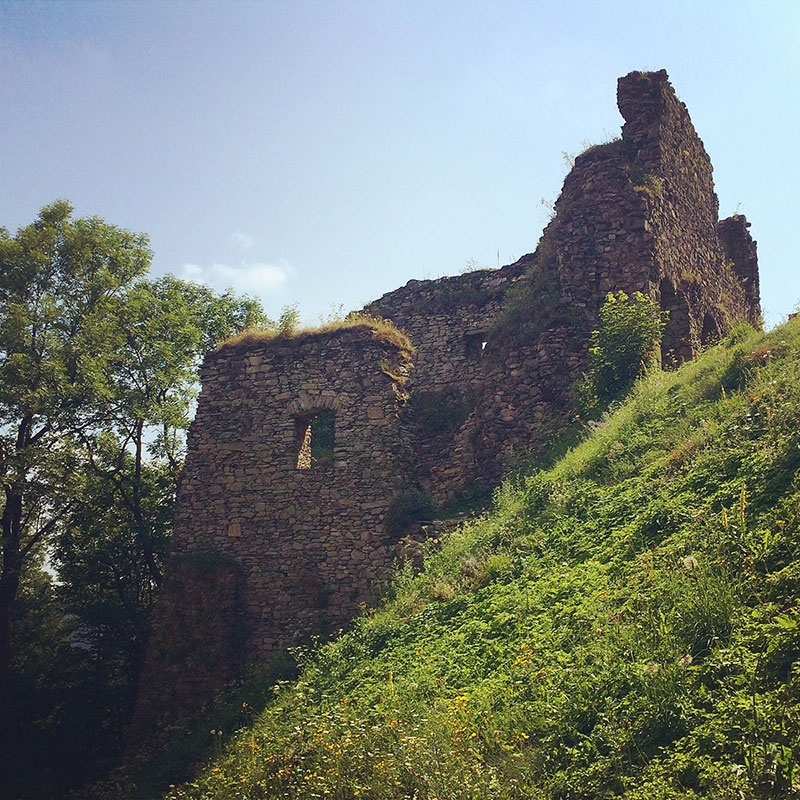 Die Burg auf dem Tolštejn beherbergte so manches: Adel, Ritter, Diebe. Und heute eben Touristen.
