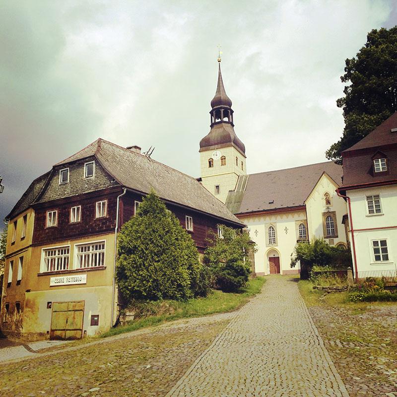 Die Kirche in Chřibská hat auch schon bessere Zeiten gesehen. Aber zumindest von außen verspricht sie, was sie im Innern nicht hält.