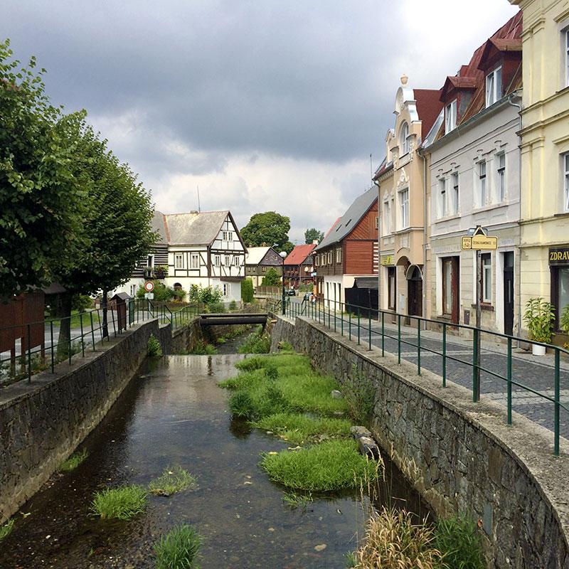 Zuweilen verschlafen, ja fast idyllisch wirkt das kleine Örtchen Chřibská. Wenn da nicht die Fernverkehrsstraße 100 Meter weiter wäre.