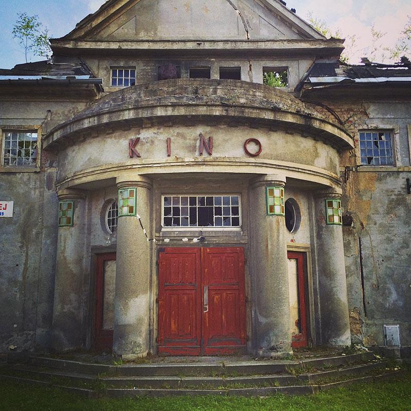 Muss mal mächtig was los gewesen sein, zu Zeiten des Kalten Krieges. Selbst über ein Kino verfügte Mikulášovice dereinst. Doch heute – wie vieles in dieser Ortschaft – nur noch Ruine.