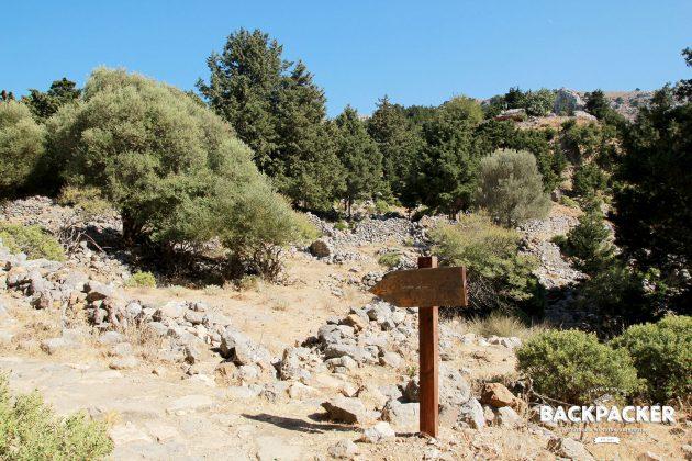 Wegweiser führen mitten in die Ruinen und durch sie hindurch.