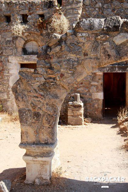 Der noch erhaltene Torbogen zur Kapelle stützte dereinst das Vordach der Kirche.