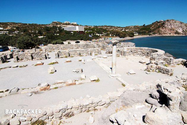 Antike trifft Beton: im Vordergrund die Reste der Agios Stefanos, im Hintergrund hässlicher Beton aus den 60ern.