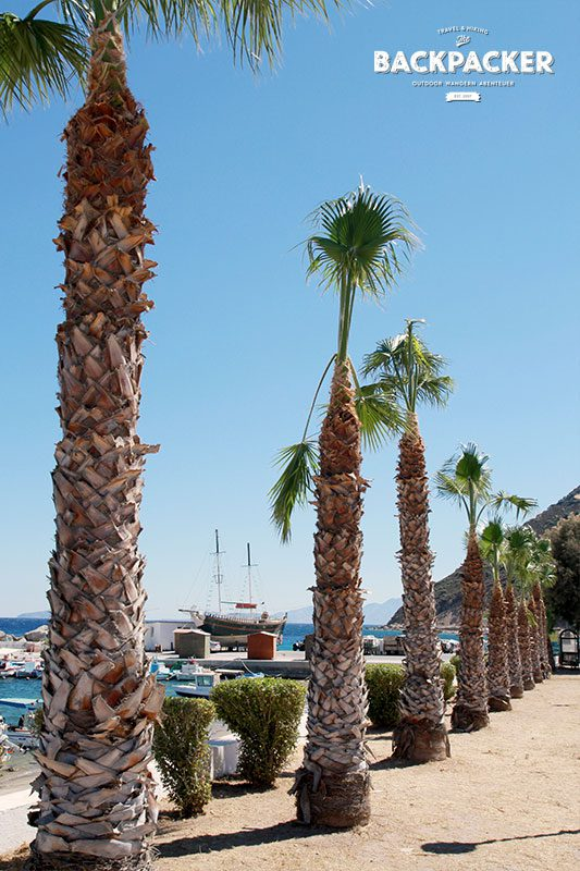 Auch ein beeindruckendes Idyll, aber weniger des Strandes wegen, der Hafen von Kamari.