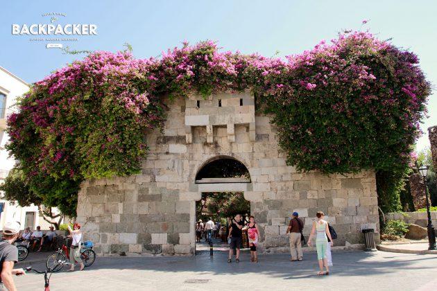 Das Tor der Steuern markiert den Eingang zum Ausgrabungsgelände der Agora.