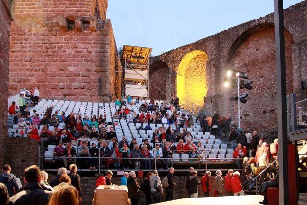 Die Bühne ist von jedem Platz sehr gut einzusehen und dank der umgebenden Mauern ist die Akustik einmalig.