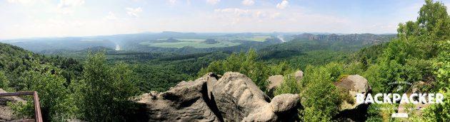 Rechts Sachsen und die Schrammsteine, links Böhmen und das tschechische Hinterland. Unmittelbar in Grenznähe zeigt sich die Elbe bei Schmilka.