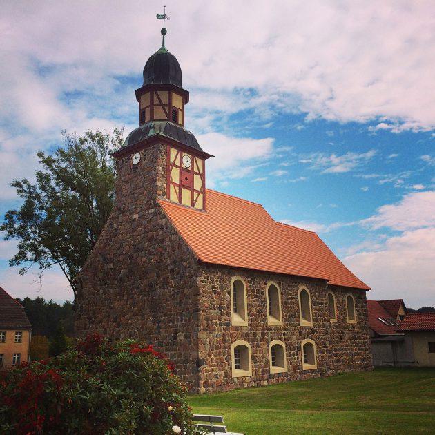 Die Kirche in Raben, ein alter Feldsteinbau wie fast alle Kirchen der Umgebung
