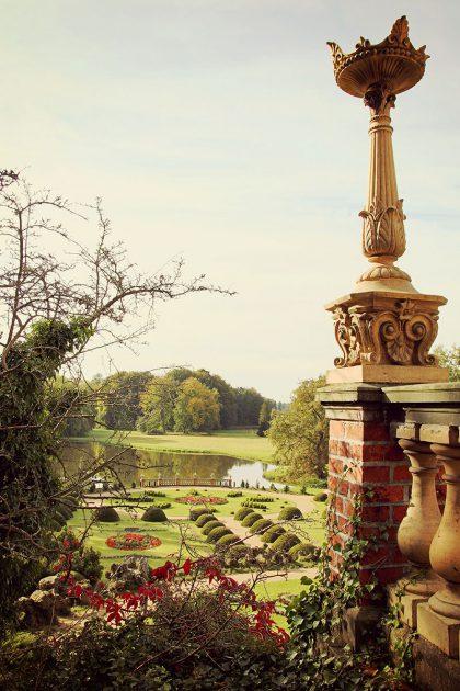 Den schönsten Blick auf den Landschaftspark genießt man von der Terrasse des Schlosses