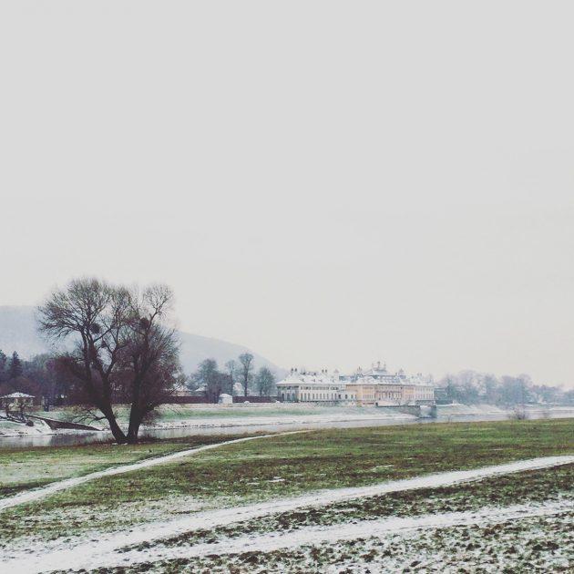 Wie vergessen und abseits liegt das Schloss Pillnitz direkt an der Elbe.