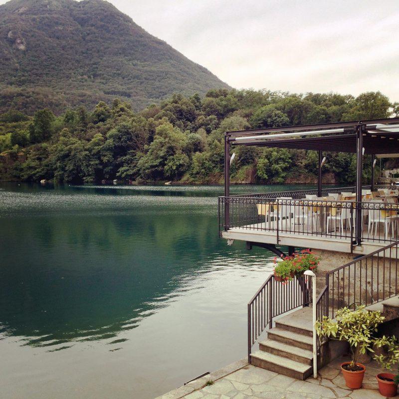 Direkt am Ufer kann man sicher köstlich speisen, wenn das Restaurant denn offen hätte.