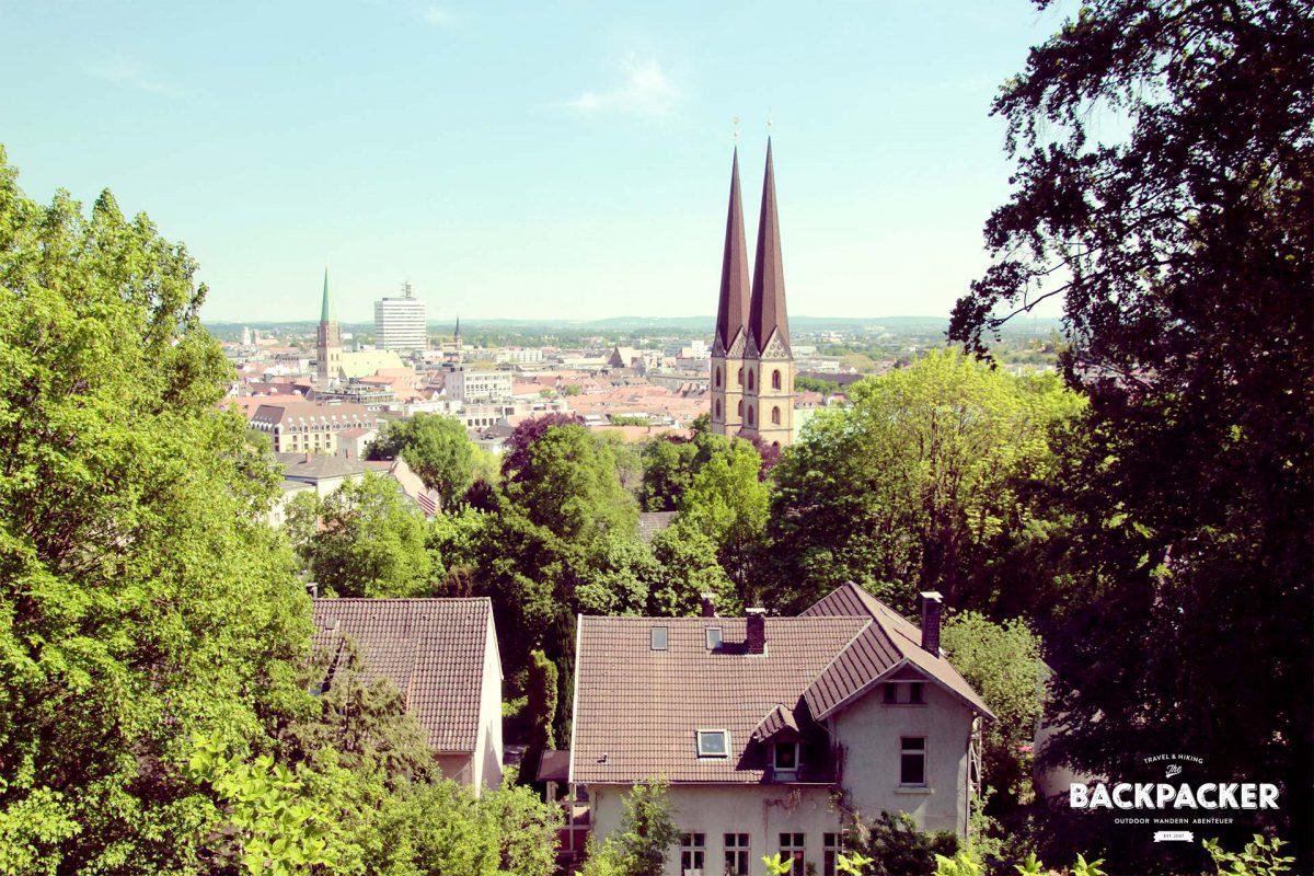 Blick von der Burg Sparrenberg auf die Innenstadt Bielefelds. Sagen wir mal so: einen Schönheitswettbewerb wird diese Stadt wahrscheinlich nicht gewinnen.