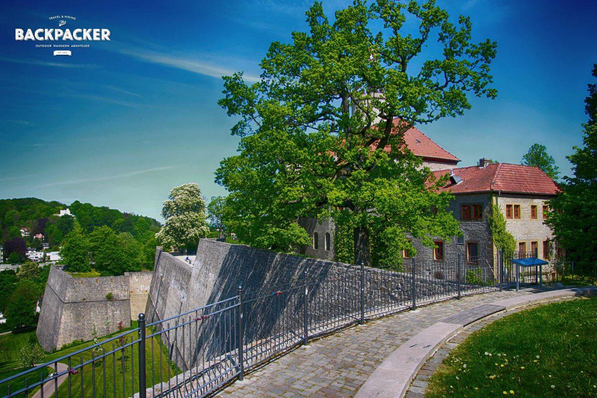 Etwas Geschichte hat noch niemandem geschadet. Also wohlan: die Burg auf dem 180m hohen Sparrenberg wurde bereits 1253 erstmals urkundlich erwähnt und diente vornehmlich der Sicherung des Bielefelder Passes durch den Teutoburger Wald.