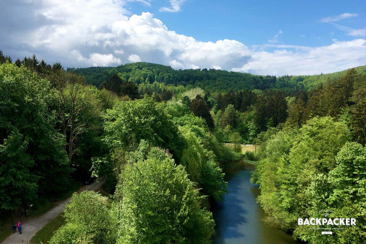 Ausblicke gibt es genug im Teutoburger Wald. Nur Höhenangst darf man keine haben. Zwar sind die Stiegen gut gesichert, aber eben nur mittels Geländerstreben in den Stein geschlagen.
