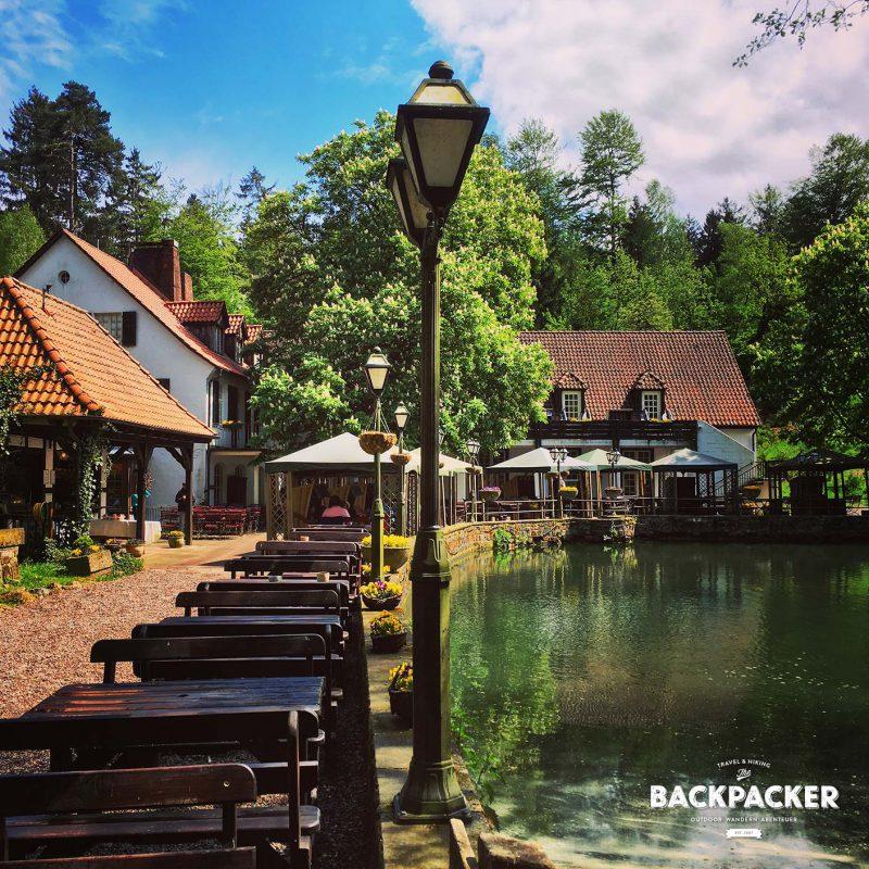 """In der Sächsischen Schweiz las ich an einer Gaststätte mal einen sehr zutrefflichen Spruch: """"Du bist verschwitzt, die Füße stinken – Zeit ein kühles Bier zu trinken!"""" Dem wäre hier nichts mehr hinzuzufügen."""