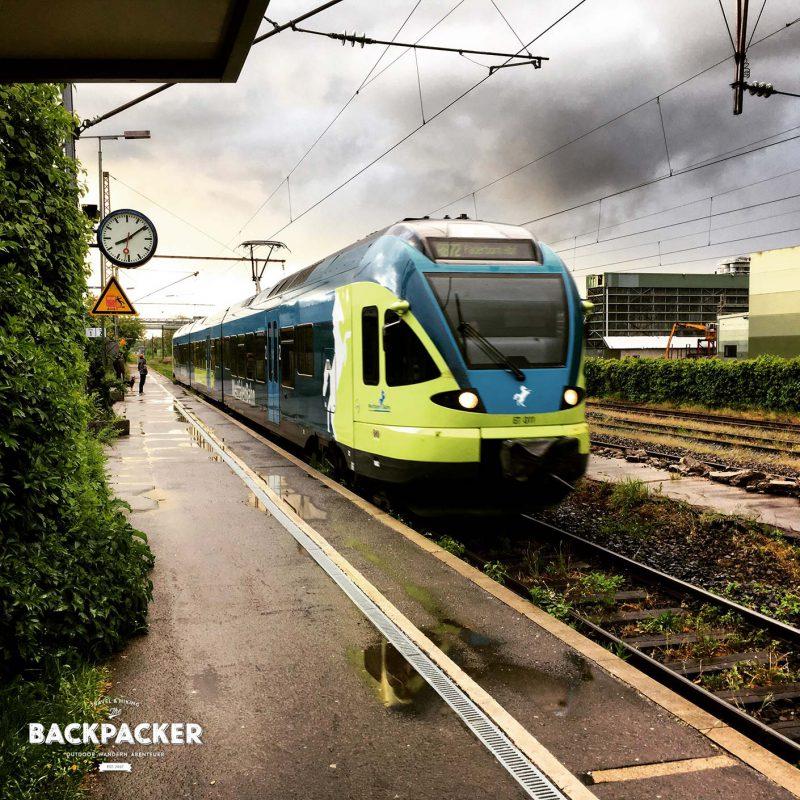 Einfahrt erhält der Regionalzug von Horn-Bad Meinberg nach Bielefeld. Zwischen Regenbogen und Sonnenuntergang beschließe ich meine Wanderung doch etwas wehmütig.