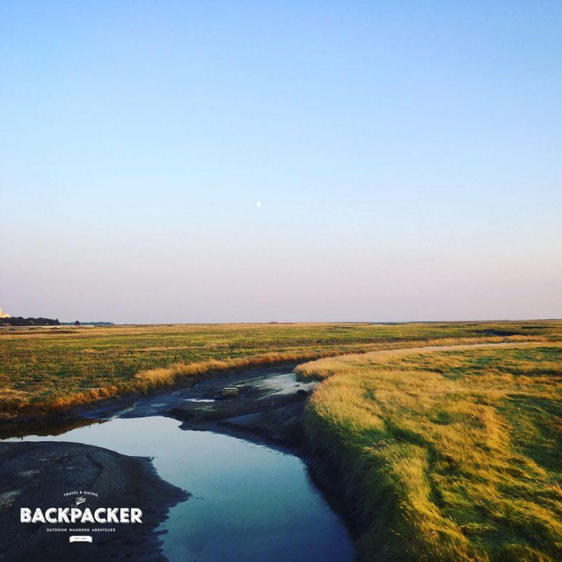 Vom Ort führt der Weg durch die Dünenlandschaft bis direkt an den Strand. Gerade zum Sonnenuntergang sollte man sich dieses Farbspektakel nicht entgehen lassen.