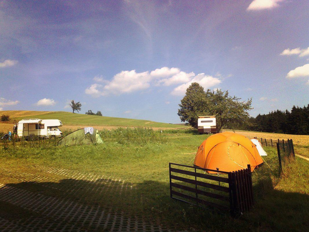 """Nicht vorenthalten möchte ich den neuen Zeltplatz """"Kleine Bergoase"""" am Panoramaweg. Morgens aufwachen und erst mal schauen, ob noch alle Berge da sind. Muß toll sein."""