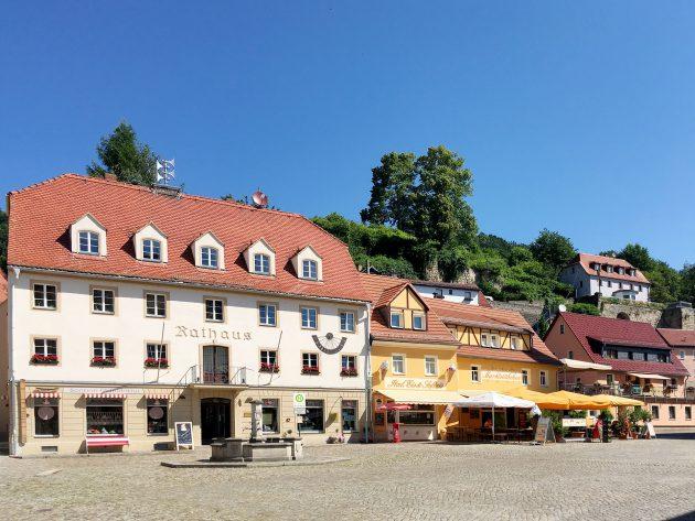 Mit der Fähre vom Bahnhof aus gut zu erreichen, lädt die Stadt Wehlen zum Bummeln und Faulenzen ein.